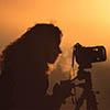 Mujer tomando una foto a contraluz